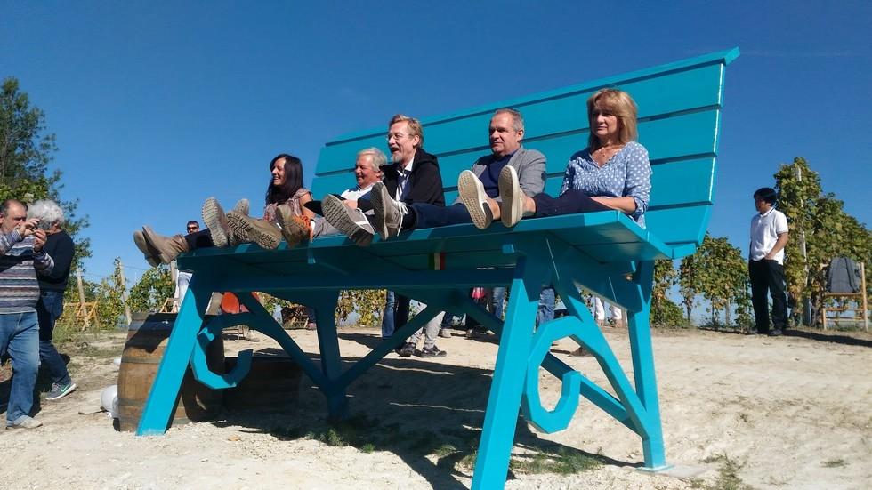 La famiglia Cerutti con Chris Bangle e con il sindaco di Cassinasco
